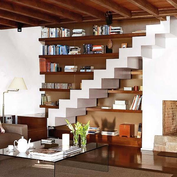 estantes debajo de escaleras
