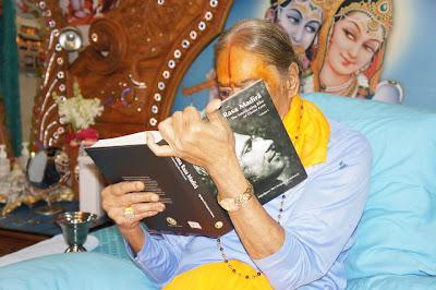 Jagadguru Kripalu Ji Maharaj singing from new English book, Prem Ras Siddhant