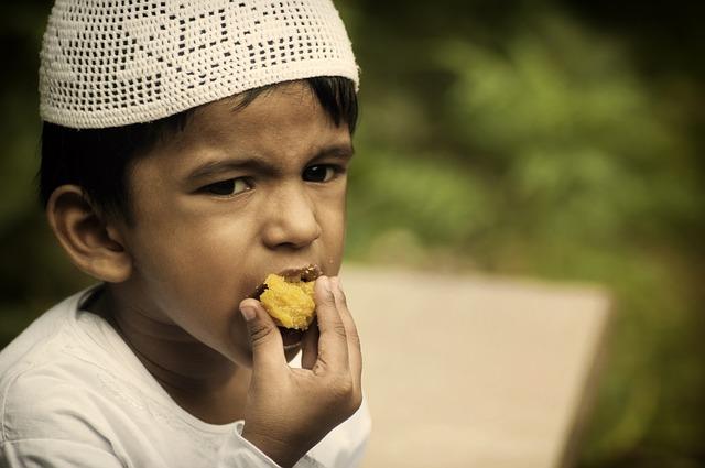 Anak Muslim Makan Dengan Tangan Kanan