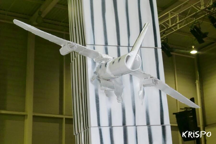 avion estrellado contra edificio como escultura