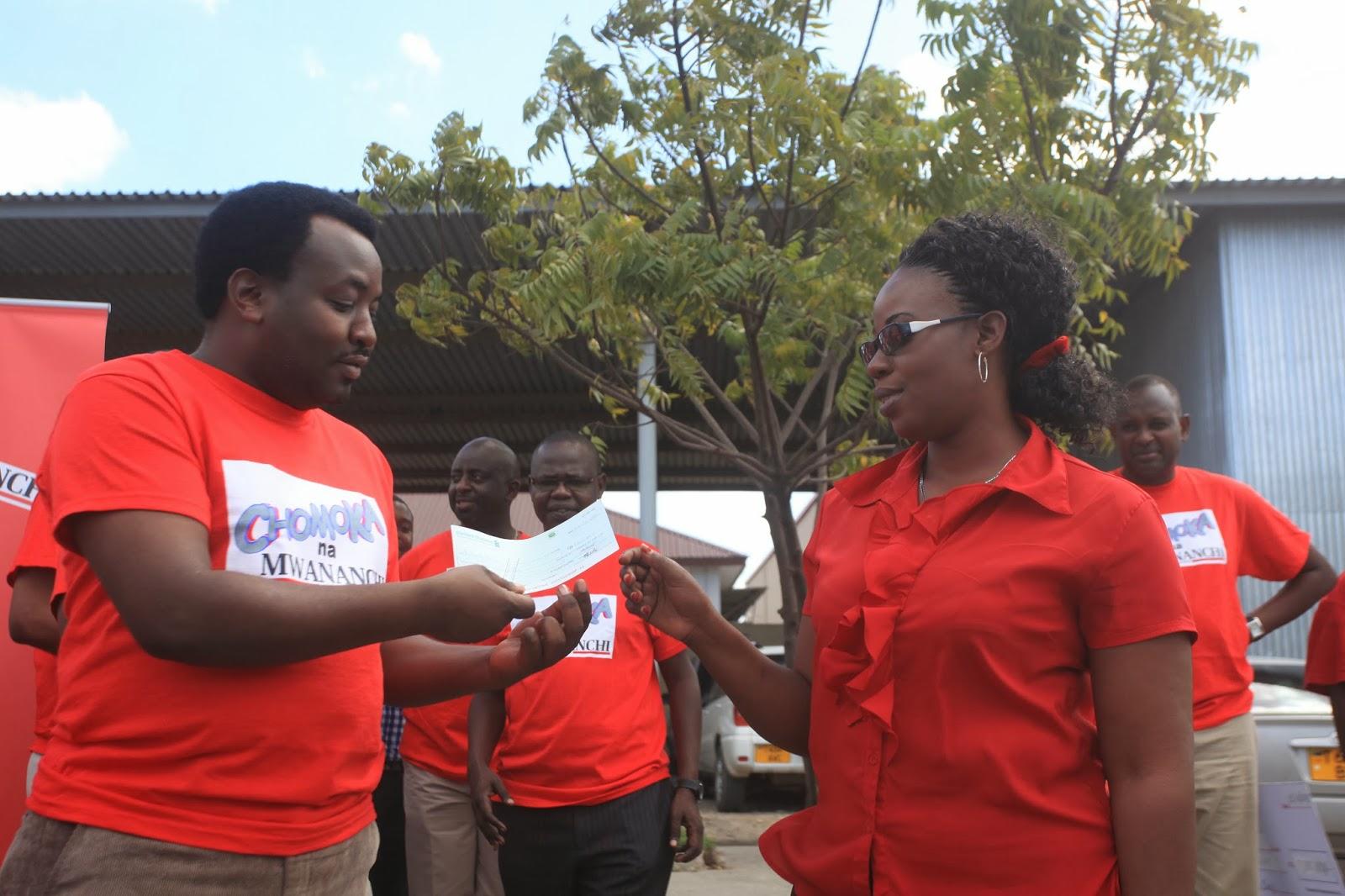 jpeg, Mhariri Mtendaji wa Gazeti la Mwananchi ,Dennis Msacky (kushoto