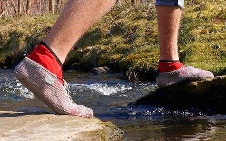 Menikmati Sensasi Sepatu Dari Rantai