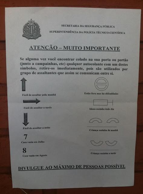 Assaltantes comunicam entre si colando de autocolantes com simbolos nas portas