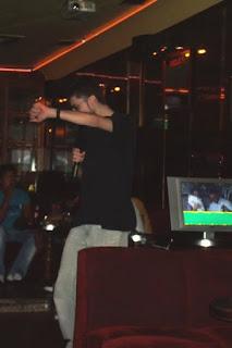 Villa bailando karaoke