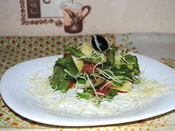 Салат с форелью, картофелем и пармезаном