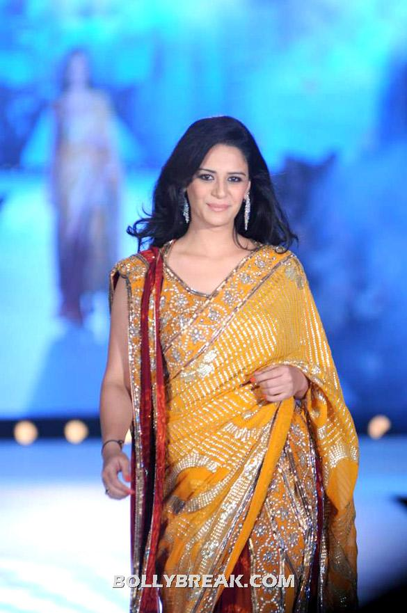 Mona Singh rocks the ramp in a yellow sari - Shazahn Padamsee, Mona Singh And Shibani Kashyap for Manish Malhotra-CPAA