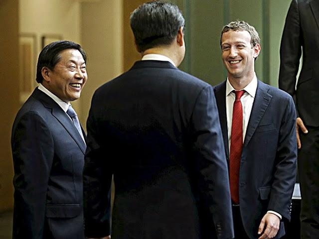 """Ông chủ Facebook, Mark Zuckerberg tươi cười với Chủ tịch Trung Quốc Tập Cận Bình được ông Lu Wei, """"sát thủ của Facebook"""" hộ tống – Ảnh: Reuters"""