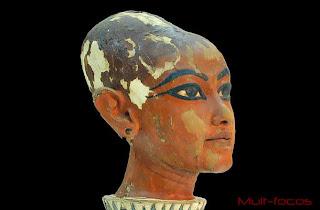 Uma estátua de cabeça de Tutancâmon representando o faraó com um crânio alongado.