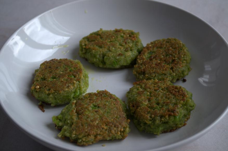 Burgers de quinoa dans une assiette