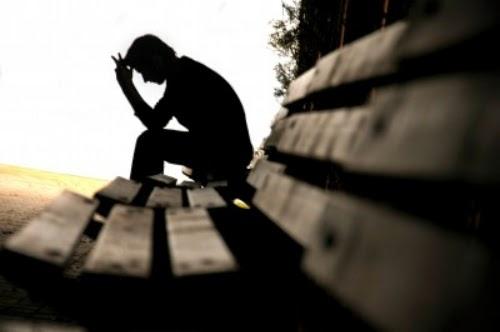 Hình ảnh người con trai ngồi buồn 1 mình