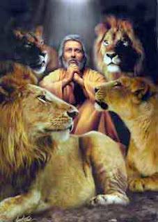 Daniel en el foso de los leones (1968) Daniel no había hecho nada mal, entonces sus enemigos le pusieron una trampa. Persuadieron al rey Darío a firmar una orden que la gente solo podrían orar al rey. Cualquier que no lo haría sería echado al foso de los leones. Daniel siguió alabando a Dios y no al rey auque había este decreto. Tres veces al día fue a su casa y en la ventana del piso de arriba que era del lado de Jerusalén, oró. Sus enemigos fueron a su casa y lo cacharon orando y dijeron al rey. El rey estaba enojado, pero según la ley, tenía que imponer las consecuencias a Daniel.