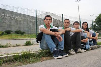 Ceará: Estudantes cobram entrega de computadores prometidos.