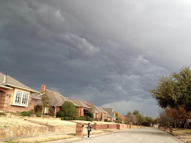 Vue d'une rue au Texas, sous un ciel de plomb