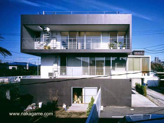 Contrafrente de una moderna residencia urbana japonesa