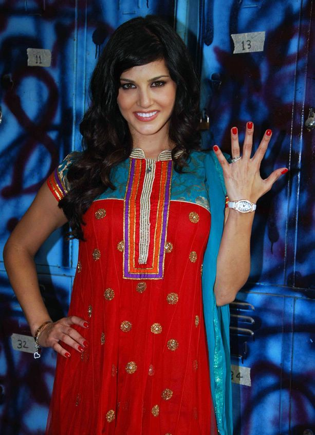 Sunny Leone in Salwaar Kameez suit1 - Sunny Leone in Indian Dress - Punjabi Salwaar Kameez Suit