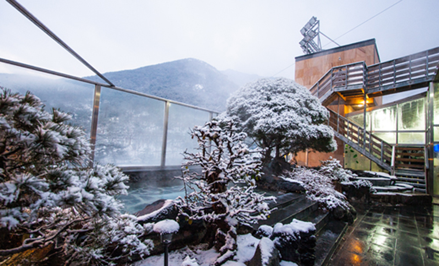 Outdoor hotspring and trees covered with snow in Spavalley