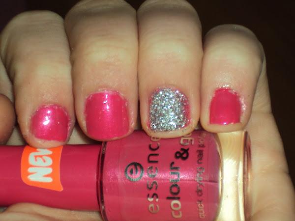 Roze glitter nagels.