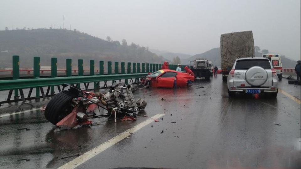 a car Acidente com Duas Ferrari na China