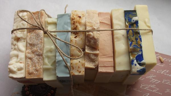 envoltorio de jabones artesanales de distinto aromas y colores