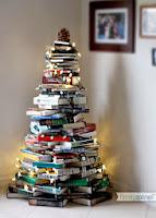 arbol de navidad realizado con libros