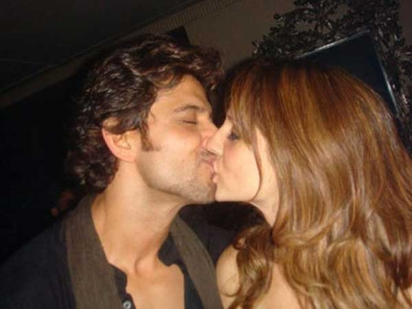 Hritik Roshan kissing suzzane khan - Celebreties kissing !!! Caught on camera