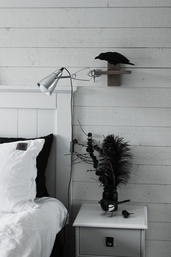 svvarta och vita sängkläder, påslakan, inredning, skata, handsnidad fågel, fåglar i inredningen, lärkträd, inreda med kvistar, inredning natur, vit liggande panel, svart vas, spraymålad vas, DIY, vit sänggavel av trä, trägavel, huvudgavel från sova, renoverat sovrum, sovrum i vitt och grått