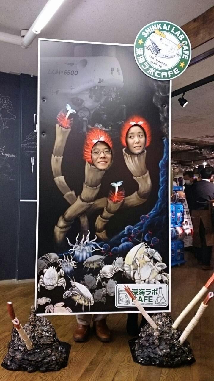 チューブワーム顔出しパネル記念撮影(左:和辻さん 右:代表)