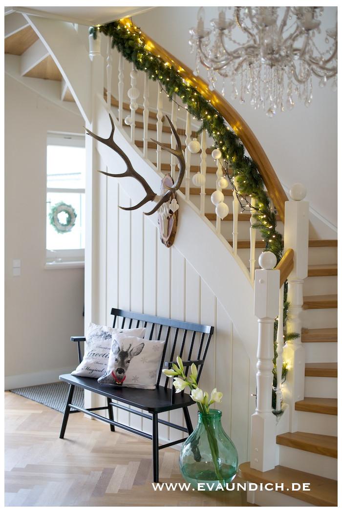 eva und ich: Die Treppe im schlichten Weihnachtskleid....