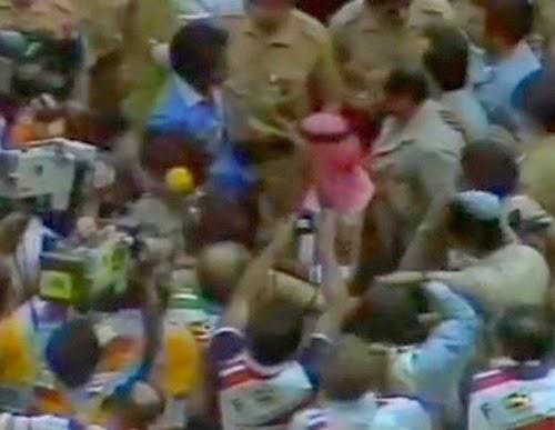 Sheik Fahid Al-Ahmad Al-Sabah cercado por jornalistas copa do mundo 1982