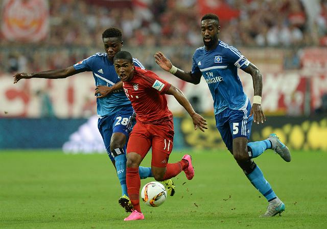 Douglas Costa fez um gol e participou diretamente de outros dois (foto: Christof Stache/AFP)