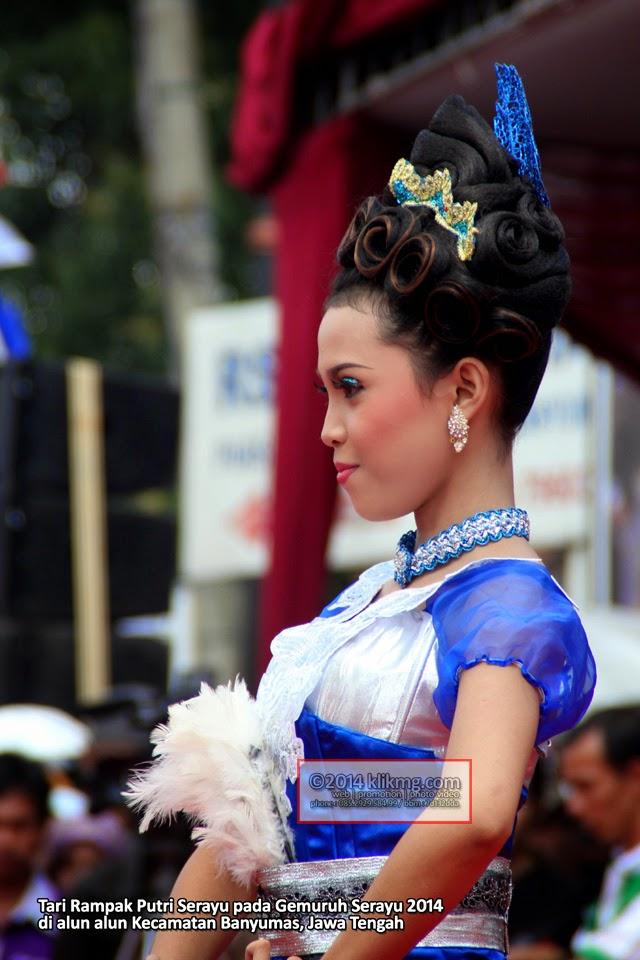 Tari Rampak Putri Serayu pada Gemuruh Serayu 2014 di alun alun Kecamatan Banyumas, Jawa Tengah - Foto oleh : Klikmg Foto, Fotografer Indonesia