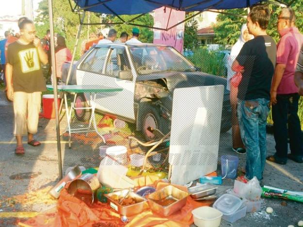 Dirempuh Kereta, Makcik Jual Nasi Lemak Tercampak Dalam Longkang