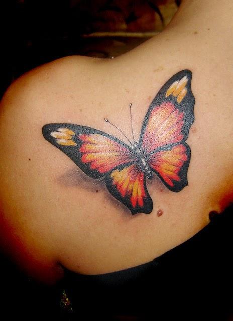 tatuaje de mariposa roja en el omoplato de una mujer