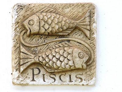 signo piscis tallado en piedra