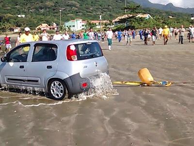 Neto pão duro afunda carro da avó em praia por não querer pagar motel