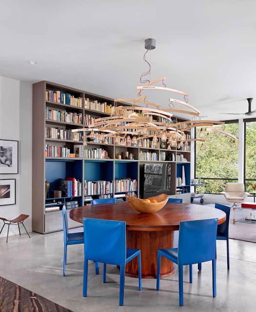 Kronleuchter aus Kleiderbügeln – eine andere Art der Leuchten fürs Wohnzimmer: Inspiration zum Selbermachen