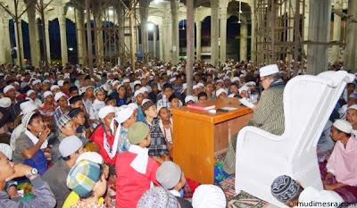 Abu MUDI membacakan pertanyaan Santri.