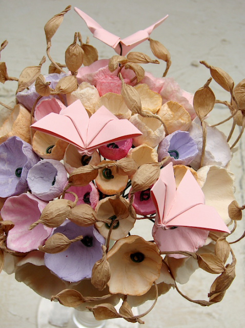 bouquet tinte pastello con fiori di carta e farfalle origami