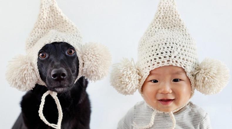 Un bebé y su perro de rescate son ridículamente lindos juntos en sus respectivos sombreros y gafas de sol
