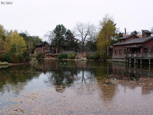 Le train de la mine à Disneyland Paris. Vu sur le lac.