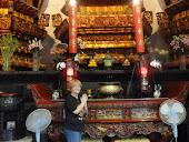 Diante do altar do Buda de Jade