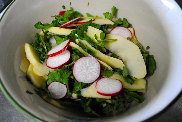 Салат из водяного кресса с редиской