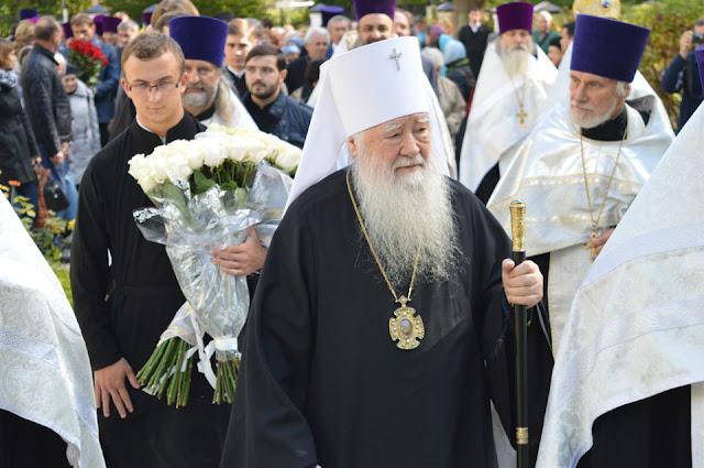 По прибытии митрополит Крутицкий и Коломенский Ювеналий сразу проследовал к месту убиения о. Александра,где возложил 25 белых роз.