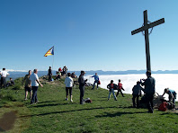 El cim del Turó del Castell de Gurb amb la Creu i la taula d'orientació