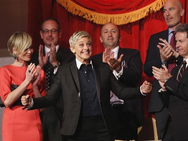 Ellen DeGeneres (ao centro) rodeada por amigos e pela família, incluindo sua mulher, Portia de Rossi (à esquerda), ao receber o prêmio Mark Twain (Foto: Jonathan Ernst/Reuters)