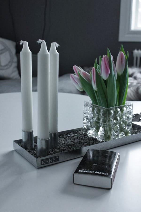 på vardagsrumsbordet, på soffbordet, ernst ljusstake, svart och vit tändsticksask, swedish match, dekoration på bordet, inredning ernst