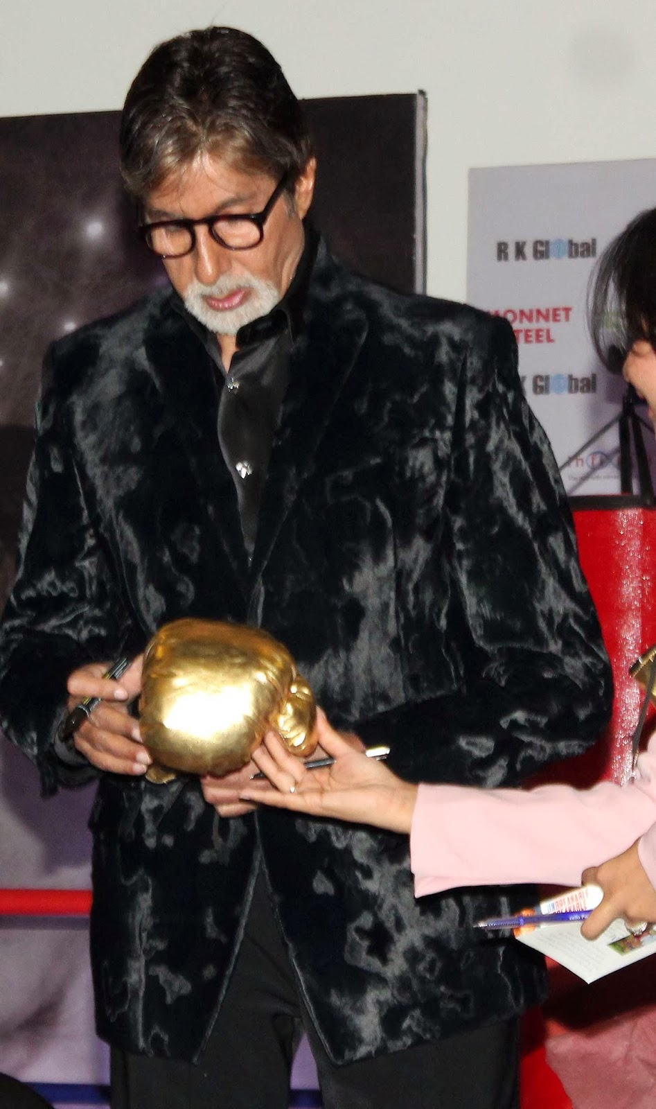http://3.bp.blogspot.com/-0_LNE_CcbQA/UqdNsHMG_4I/AAAAAAABmi4/AwPfJowNIeo/s1600/Amitabh-Launch-The-Biography-Of-Olympics-Medallist-And-Boxer-Mary-Kom-46.JPG