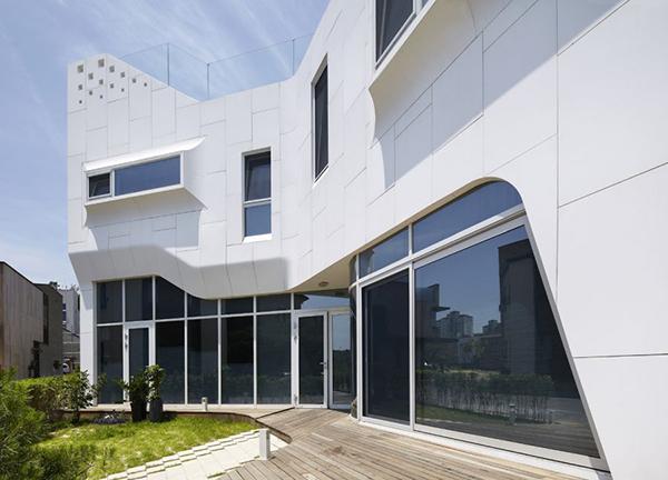 Hogares frescos curvil nea residencia exc ntrica con for Casa moderna corea
