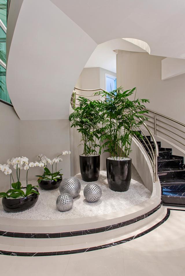 escada para o jardim:Jardim embaixo da escada com plantas artificiais em vasos vietnamitas