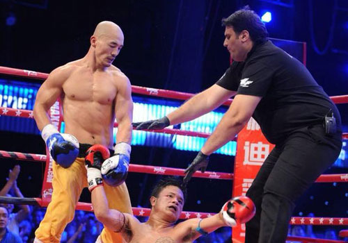 El monje dejando KO a un boxeador tailandés.